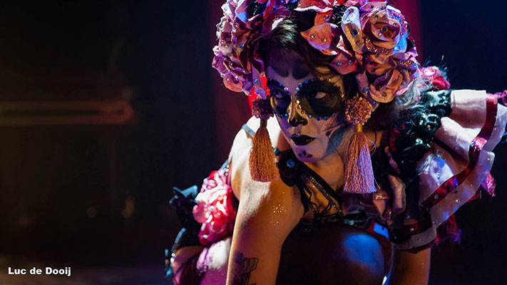 sugarskull burlesqueshow by Daisy Lovelace at the Los Muertos Halloween edition of the International Burlesque Circus