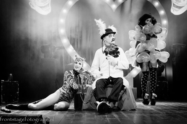 Die Donnerwetters oldschool fakir siedshow clowns Frau Donnerwetter and Herr Dokter with stagetiger Mama Tigra