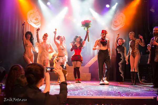 curtain call with all burlesque artists at the International Burlesque Circus
